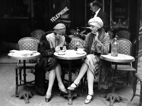 French women at a cafe (1925)